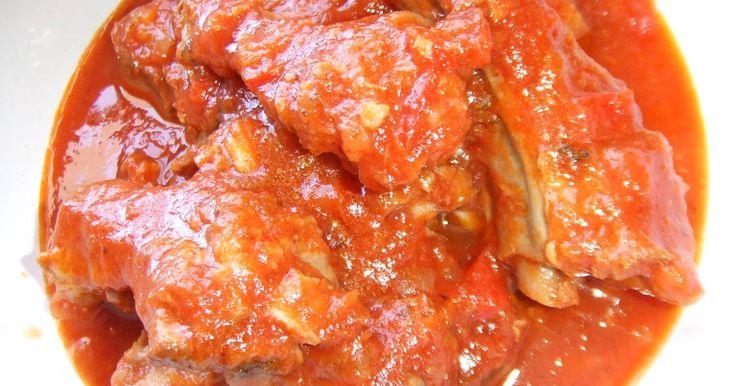 Fabulosa receta para Costillitas con salsa de tomate fácil y deliciosa. Me sobraron un montón de costillitas de otro plato: https://cookpad.com/es/recetas/2888142-costillitas-de-cerdo-a-coccion-lenta, y con esa carne asada preparé una salsa para aprovechar los sobrantes. Para hacer el plato me inspiré en una salsa de carne, tuco, que hacía mi madre. La carne quedó tierna y exquisita.