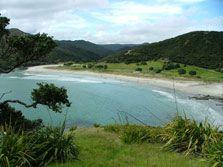 View of Tapotupotu campsite from Cape Reinga walkway. 6$ par personne, cold shower, pas de résa, 45 emplacement. 1h30 de Kaitaia,
