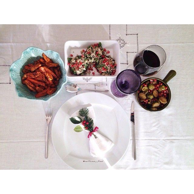 Almoço de Natal  Cogumelos recheados com quinoa, nozes e manjericão  Batata doce e cenouras assadas Couves-de-bruxelas assadas com romãs