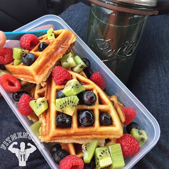 Double tap if you can drive and eat like a boss at the same time! Happy Sunday. Had to eat #breakfast on the go in the car this morning but it was still bangin'! Protein waffles with @labradanutrition LeanPro 8. I like to incorporate lower calorie fruits like berries so that I don't have to use as much low calorie syrup. Rinsed this down with spirulina and maca with green tea. You can find a recipe for my protein waffles on FitMenCook.com. Boom. (traduccion abajo) Feliz domingo...