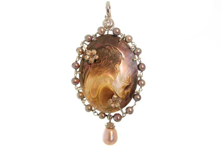 18 KARAT GOLD AND MOTHER OF PEARL CAMEO PENDANT.