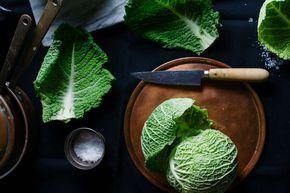 Ein köstliches Rezept mit dem zarten Kohl, der das ganze Jahr über Saison hat und schmeckt: Wirsing-Salat mit Räucherlachs. Zum Rezept!
