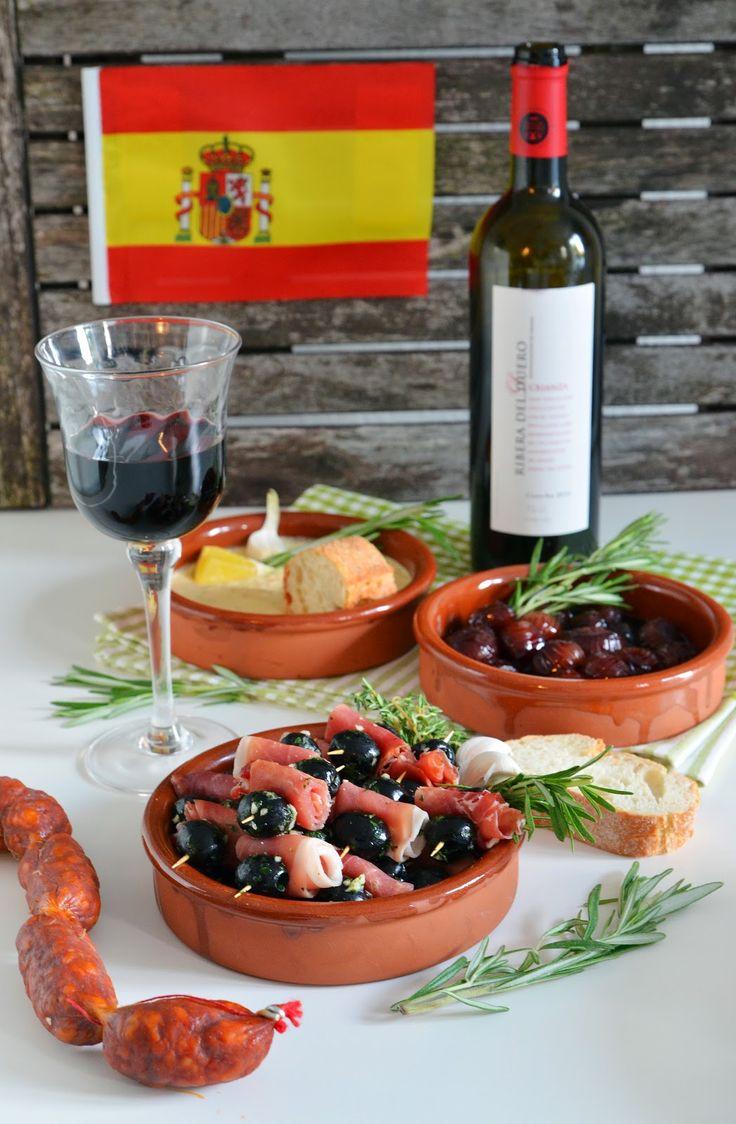 Rotwein-Schalotten, Spieße mit Knoblauch Oliven und Serrano-Schinken