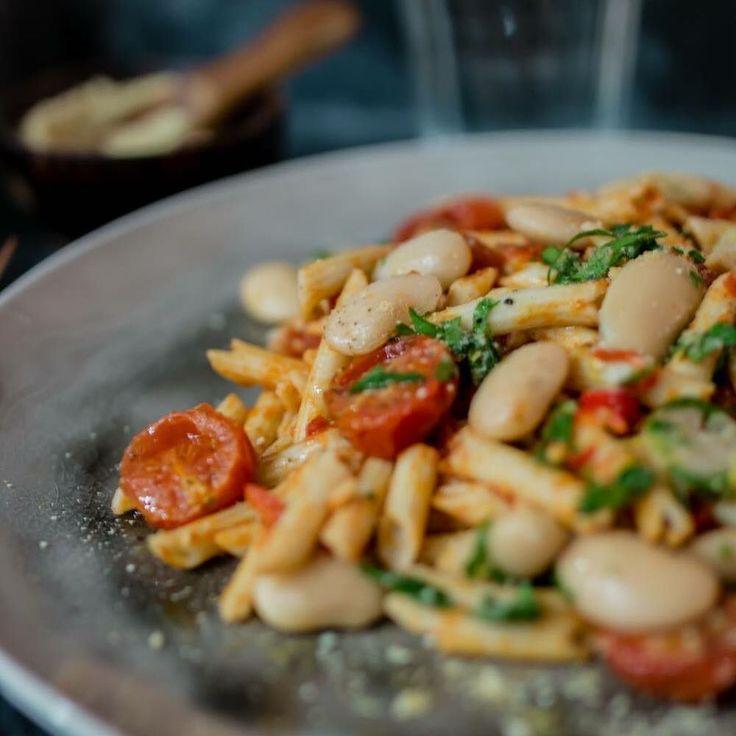 #Vegetariskadagen & #vegetariskmåndag  Med en glutenfri pasta #arrabiata bakade körsbärstomater & citrus marinerade stora vita bönor! #recept  länk i profi #gröntvarjedag #veganfood #veganpower #healthyfood #glutenfreevegan by grontvarjedag