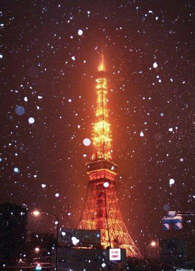 Snowing at Tokyo Tower