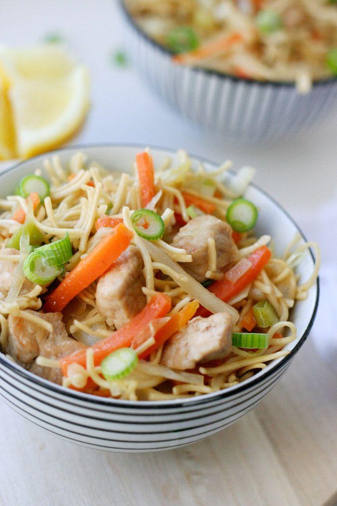 Philippinische Bratnudeln Pancit: :)      2 Karotten     250 g Kohl     4 Frühlingszwiebeln     3 EL Sojasauce     500 ml Gemüsebrühe     250 g Eier-Wok-Nudeln