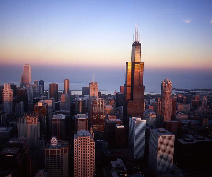 La Torre Willis (o Sears Towers antiguamente) es el rascacielos por excelencia de Chicago con sus 442 metros de altura. De hecho fue el edificio más alto del mundo durante 20 años superando al World Trade Center de Nueva York. Muy interesante el Skydeck, unos balcones de vídrio ubicados a 413 metros de altura donde la sensación de estar flotando en el vacío es espectacular...
