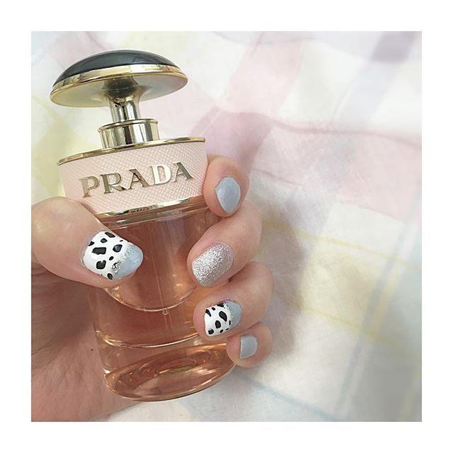 最近単色ネイルばっかだったけど久しぶりに💅 ダルメシアンだけど牛🐄っぽくも見えてきた…😂 #セルフネイル#マニキュア#ダルメシアンネイル#threecosmetics#pradacandyperfume#プラダ#香水