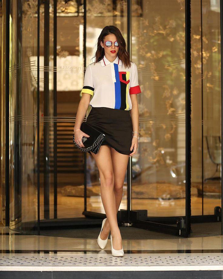 Bruna Marquezine veste saia preta e camisa branca Versace.