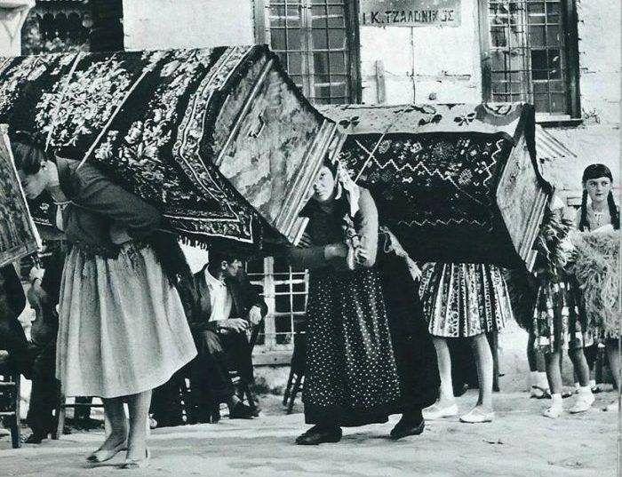 """Η μεταφορά της προίκας σε μπαούλα για να μη μείνει η κοπέλα στο """"ράφι"""". Το αναχρονιστικό έθιμο που προκάλεσε κοινωνική κατακραυγή και καταργήθηκε το 1983 - ΜΗΧΑΝΗ ΤΟΥ ΧΡΟΝΟΥ"""