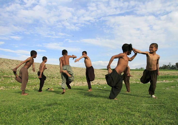 REUTERS/Parwiz Niños afganos juegan a las afueras de Jalalabad.