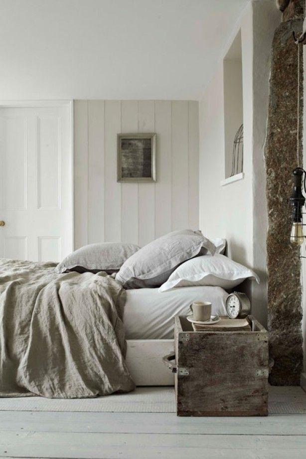 Slaapkamer in lichte natuurlijke tinten en materialen.