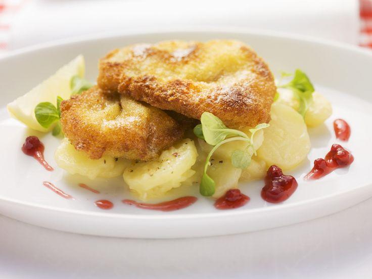 """Schnitzel """" Wiener Art"""" mit Kartoffelsalat - smarter - Zeit: 40 Min.   eatsmarter.de  #eatsmarter #rezept #rezepte #gesund #gemuese #suesskartoffel #kartoffel #knolle #beilage #puerre #puffer #ofen #pfanne #blech   #schnitzel #wienerschnitzel #kartoffelsalat"""