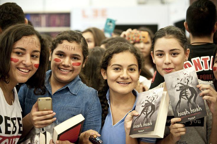 https://flic.kr/p/Bv1k1c   Firma de autógrafos de Becca Fitzpatrick_25   La escritora Becca Fitzpatrick firma autógrafos a miles de personas que gritan su nombre a coro, mientras esperan.. 29ª Feria Internacional del Libro en  Guadajalara. Guadalajara, Jalisco a 28 de Noviembre del 2015. ©FIL/ Paola Villanueva Bidault.