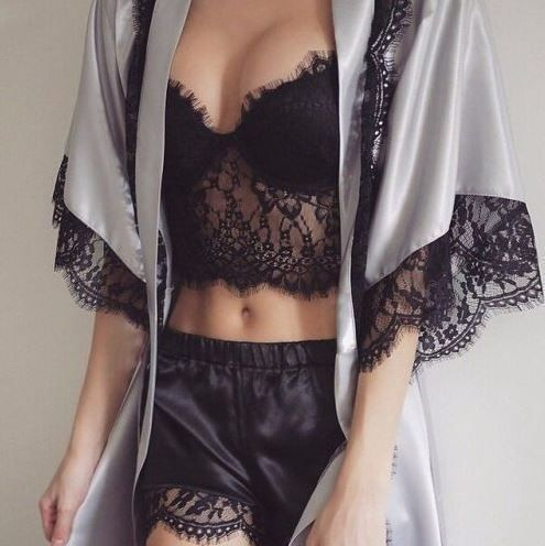Das perfekte Outfit für einen Sonntag zu zweit: Sexy Dessous, entspannte Spitze…
