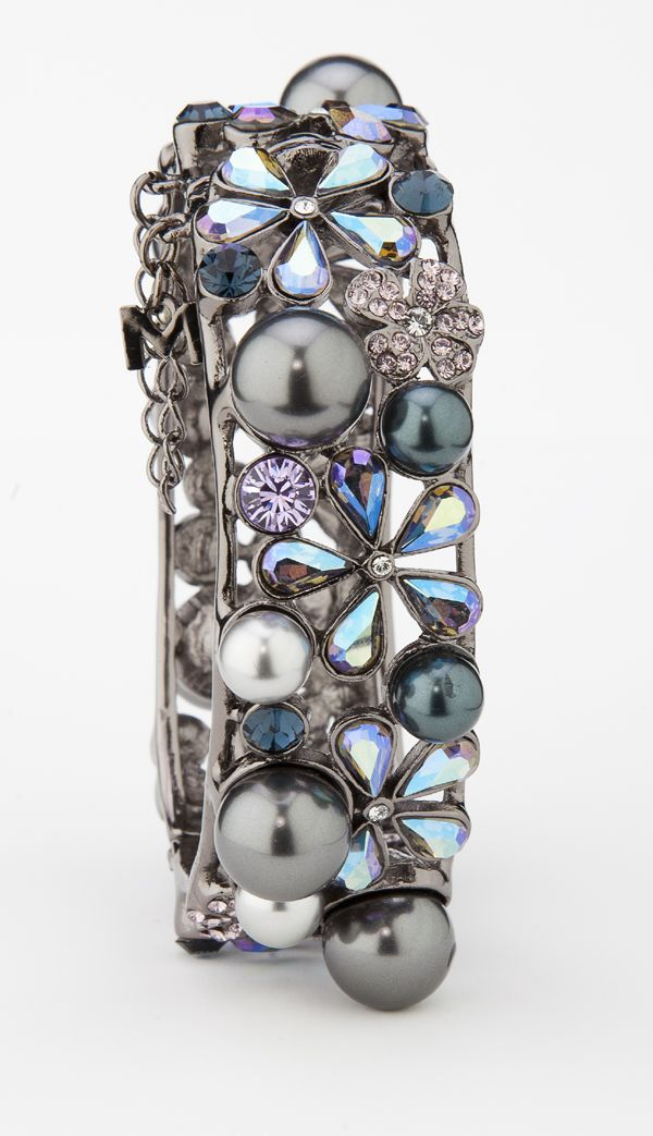 Remarkable colours are showcased in this gorgeous pearl bracelet MADE WITH SWAROVSKI ELEMENTS. 90301-B2