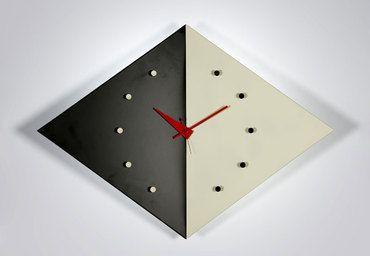 Orologio Kite, George Nelson, 1960.  L'orologio di George Nelson è un pezzo di design senza tempo. Il bianco e nero rappresentano il giorno e la notte, condensati in un elemento dalla forma originale ed elegante.  Orologio da parete, al quarzo, sostegno in alluminio, forma a diamante con lamelle smaltate bianco/nero.