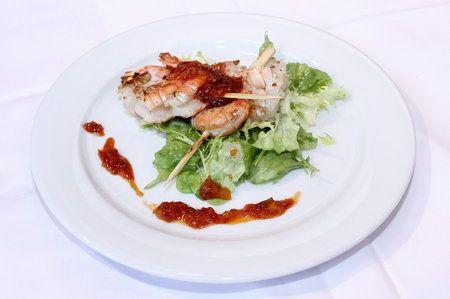 Marinované krevety na grilu s trhaným salátem a chilli omáčkou