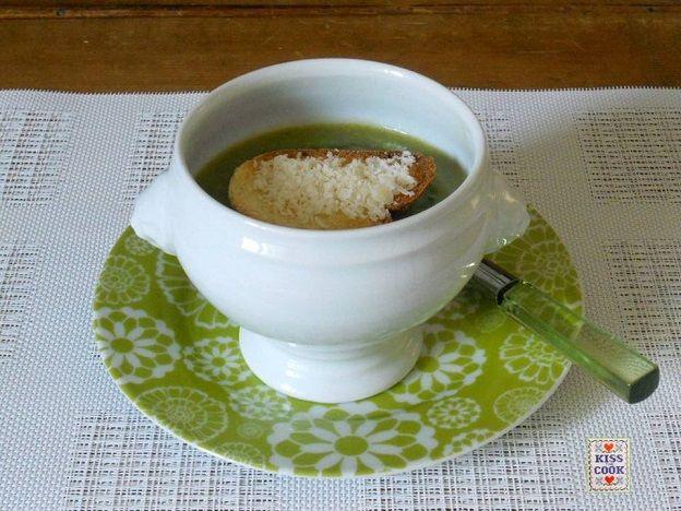 La crema di asparagi e piselli è una fresca minestra primaverile. La quantità degli ingredienti può variare senza che la bontà del piatto venga compromessa.