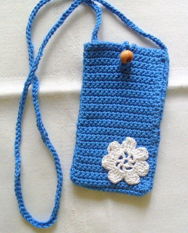 Kék horgolt mobiltok fehér kis virággal.