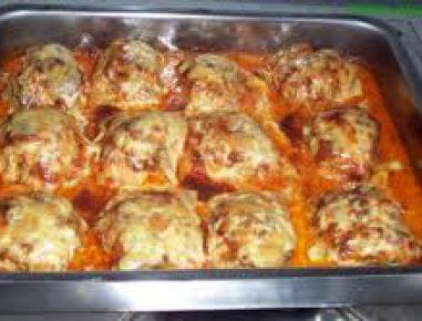 Für das Putenschnitzel überbacken mit Faschiertem zuerst die Putenschnitzel klopfen, salzen und je nach Geschmack pfeffern. Mit dem Mehl stauben