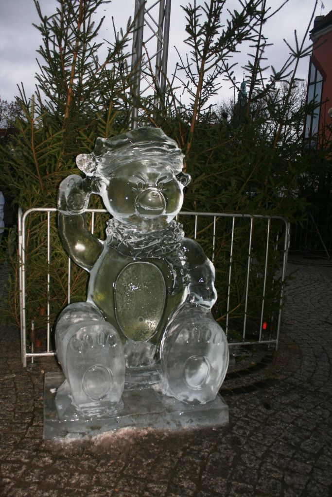 Ледяные скульптуры Ольштына, Польша.  Приколото с сайта: http://tanjand.livejournal.com/1222851.html