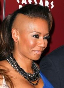 Voici une coiffure de Mel B membre du groupe les spices girls avec le crane rasé de côté.