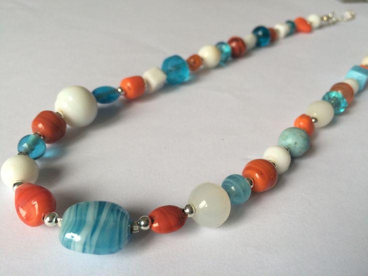 Collier argenté avec perles indiennes orange, bleu et blanche : Collier par alterperles