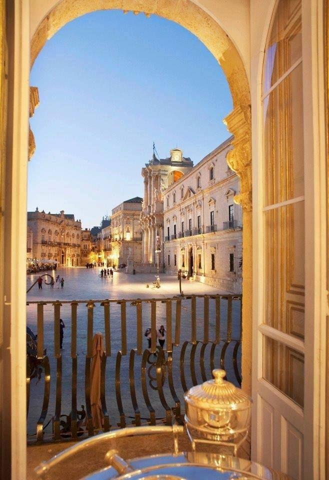 | #Siracusa| Isola di Ortigia | Finestra su Piazza del Duomo |  www.volamondo.it
