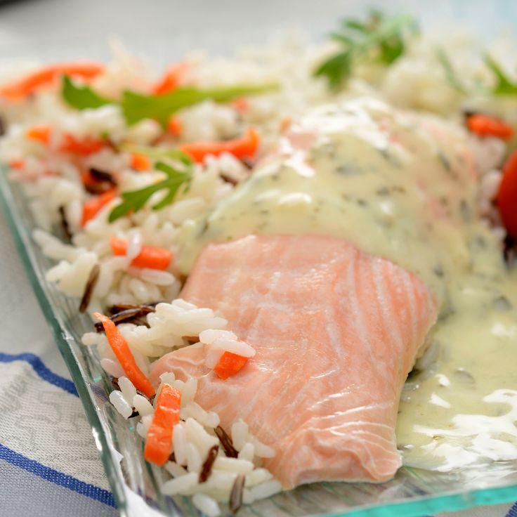 Découvrez la recette Filet de saumon sauce légère au citron et riz mélangé sur cuisineactuelle.fr.