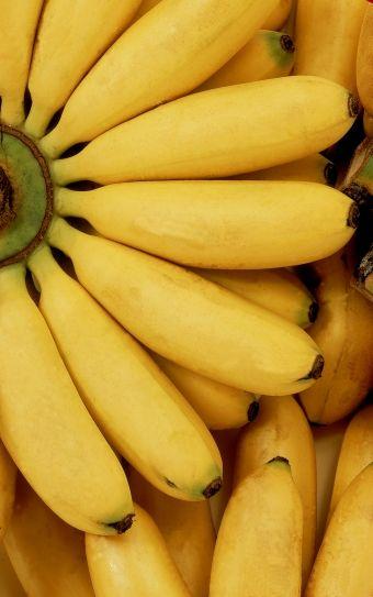 Los plátanos te hacen feliz y seguro Cuando comes nueces, plátanos, piña, y tomates, aumentan tus niveles de serotonina. Por lo tanto tu estado de ánimo es positivo, te sientes más seguro de ti mismo, flexible y relajado.