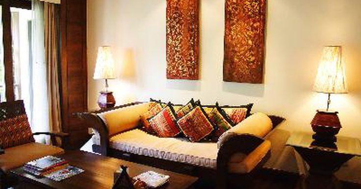 Consejos para elegir los colores de las paredes en una sala de estar . La sala de estar y la cocina son los lugares más visitados de la casa. Cuando eliges un color para tu sala de estar, quieres que sea placentero y cómodo. Así que ¿por dónde empezar?. Curiosamente, para elegir el color para tu sala de estar, no empiezas por las paredes.