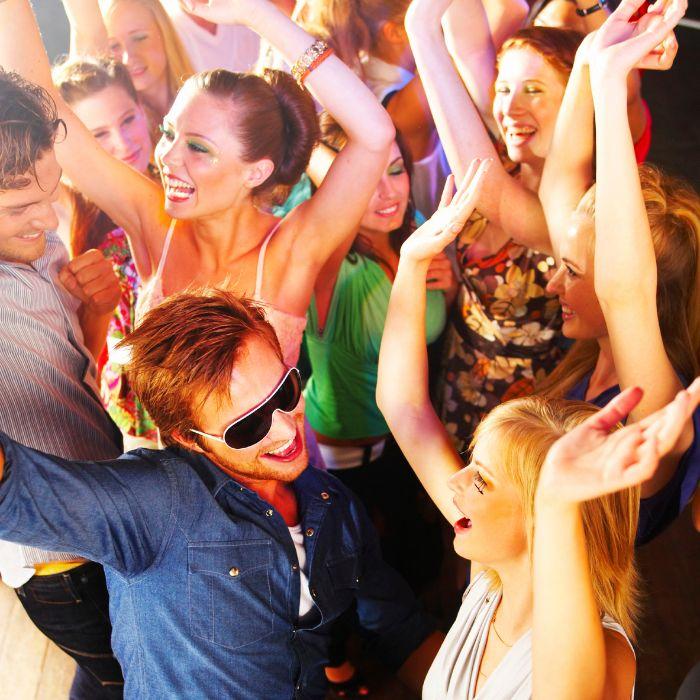 Welche Party möchten sie gerne feiern, mit DJ MaRio Schulz gibst es die passende Musik dazu. Disco Party der 70er hier wird abgetanzt. Sie möchten gerne im Stil der 80er oder 90er feiern? Da sind Sie bei mir richtig, ich bin mit den 80er groß geworden und habe in den 90er so richtig losgelegt. Fachingsparty auch kein Problem, da ich selber mal im Karnevalsverein war. Ich Liebe auch den deutschen Schlager