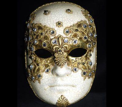 Volto con decorazione macramè color oro. Maschera originale veneziana da uomo, realizzata a mano in cartapesta. Decorata con colori acrilici, foglia d'oro, tecnica dello screpolato, pizzo macramè ed impreziosita da cristalli Swarovski e perle.