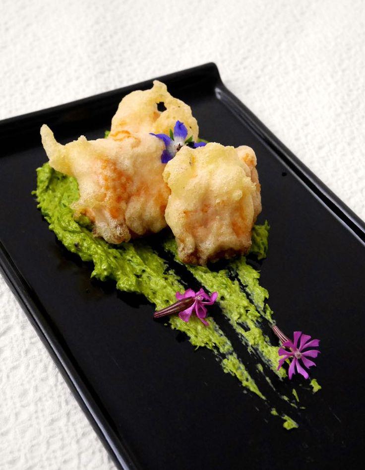 Tempura di salmone su crema di asparagi selvatici
