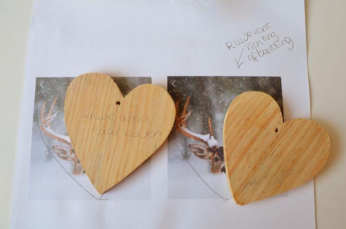 Manier 1 (Easy Peasy), Links. Leg de houten ornament met bewerkte gladde kant op de foto. teken het af en knip het uit. Manier 2. (Hard), Rechts. Leg de houten ornament met onbewerkte ruwe kant op de foto, teken het af en knip het uit.