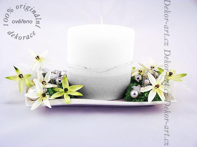 Vánoční dekorace s velkou třpytivou svíčkou, na keramickém podtácku tvaru vlnky.