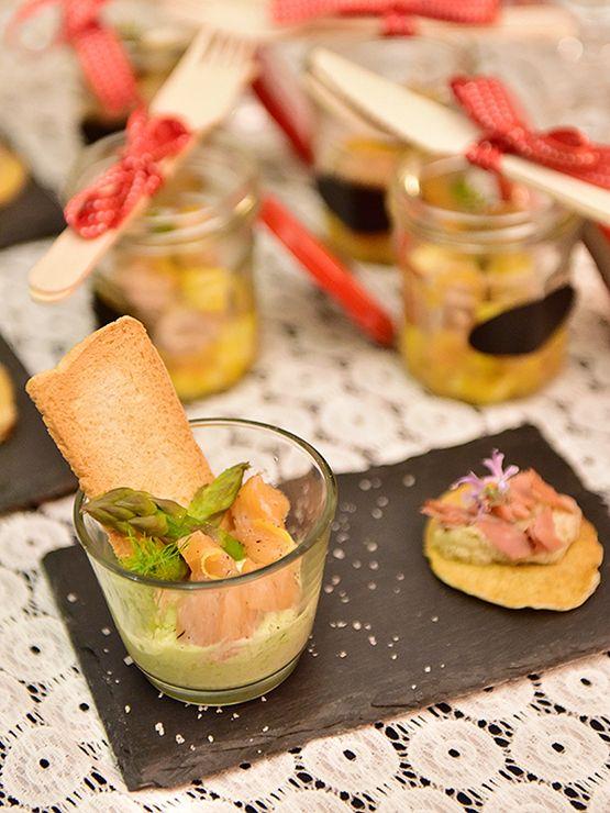 Mousse d'asperges et saumon et mini-pancakes au Roquefort, crème d'artichauts et Speck