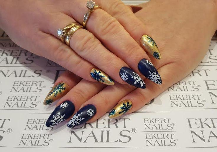 Christmas nail design, perfect winter manicure.  Shellac, CND, Vinylux  #ekert #nails
