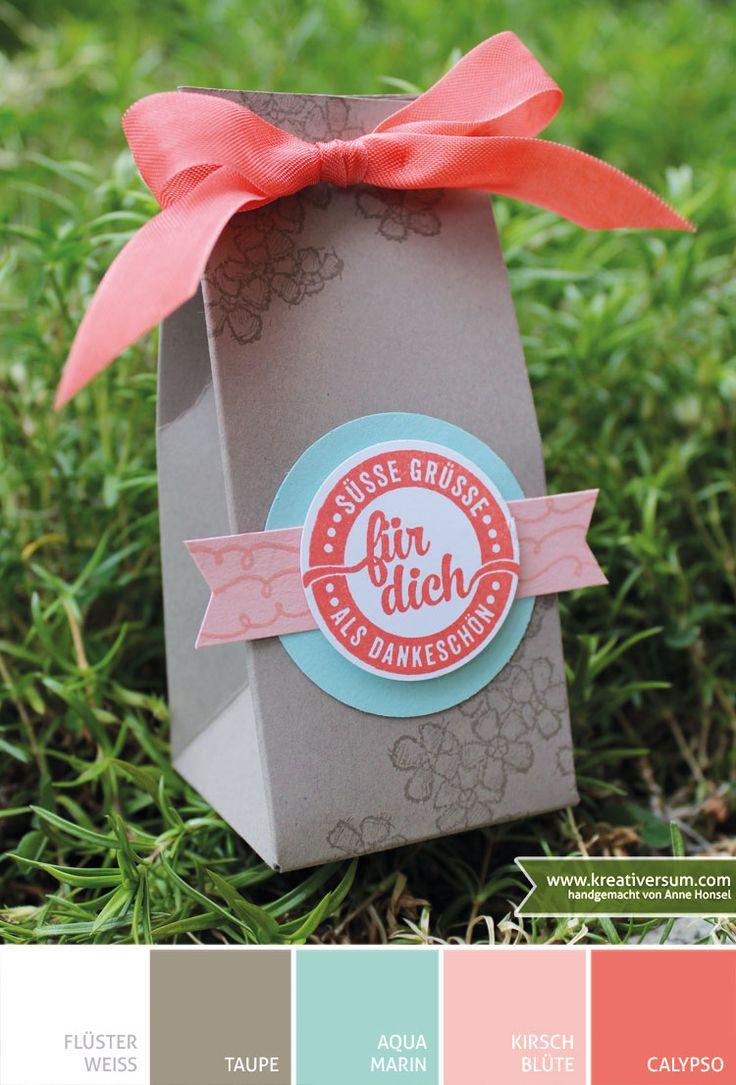 """Kreativersum, Stampin' Up!, SU, Verpackung, Tüte, Geschenktüte, Punchboard, Stanz- und Falzbrett für Geschenktüten, Flüsterweiß, Taupe, Aquamarin, Kirschblüte, Calypso, Farbkarton, Saumband, Stempel, Stempelkissen, Birthday Blossoms, Süße Stückchen, Stanze, Fähnchen, Banner, 1-3/4"""" und 1-3/8"""" Kreis, Tombow, Dimensionals"""
