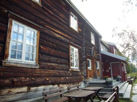 Vakker hytte: Gjevilvasshytta ligger sørøst i Trollheimen og er et naturlig startsted for turer i dette fjellområdet både sommer og vinter. Et fredet bygg fra 1819, med tømmer fra helt tilbake til 1739, gjør Gjevilvasshytta til landets eldste bygning som er i bruk som turisthytte. Hytta er betjent og har 62 sengeplasser