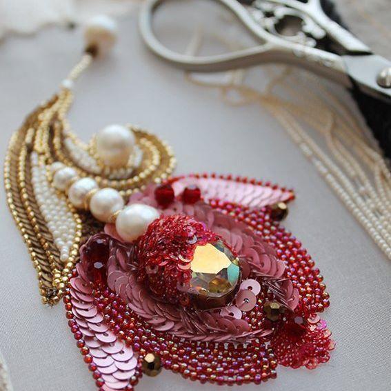 Тюльпан. Сегодня закончила вышивку еще одного цветочка. #тюльпан #цветок #вышивка #брошь #брошьцветок #бисер #вышивкабисером #украшение #jewelry #embroidery #tambourembroidery #lunevilleembroidery #tbelikova #жемчуг #swarovski #творческаявышивка #beads