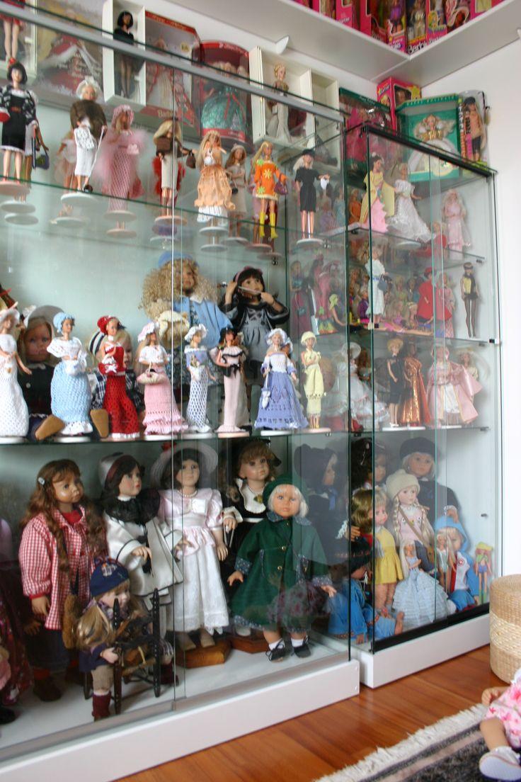 Шкаф с коллекцией кукол