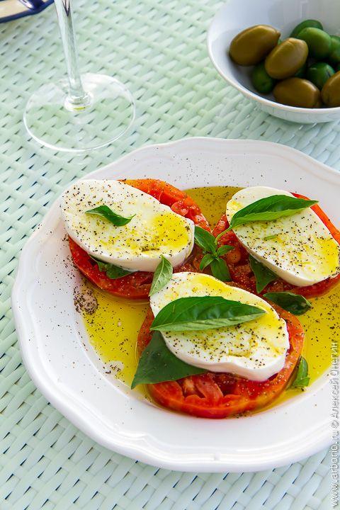 """Салат """"Капрезе"""" знают все. Трио помидоров, базилика и моцареллы, повторяющее своими цветами флаг Италии, завоевало своей яркой комбинацией вкусов весь мир. Но сегодня я расскажу о том, как приготовить идеальный салат """"Капрезе"""". Безупречный. Что называется - как себе. Я делал этот салат десятки раз, и именно в таком виде он получается лучше всего. Хотите научиться готовить идеальный """"Капрезе""""? Следите за руками. Идеальный салат """"Капрезе""""    Ингредиенты 2..."""