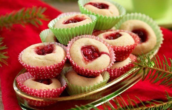 Till jul fyller vi syltgrottorna med lingonsylt och smaksätter mördegen med pepparkakskrydda. För dig som vill ha ett recept på klassiska syltgrottor med en julig twist!