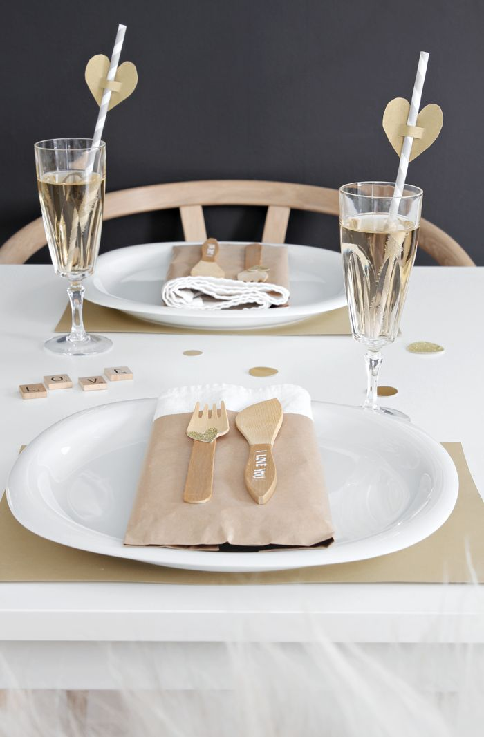 Valentine´s day, table setting, gold, balloons, hearts