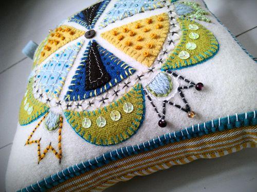 Pretty pillow with embroidery ad felt applique. huvudsaken är att man håller sig flytande ...: Favoritbrodösen inspirerar!