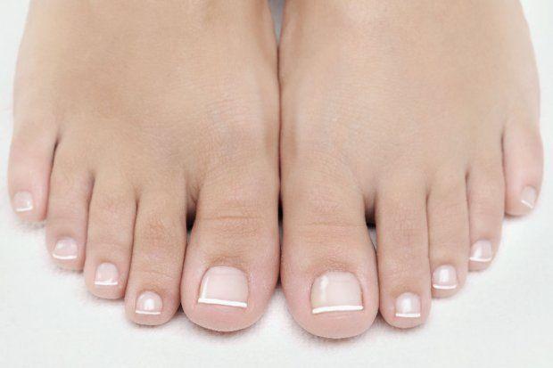 Versteckte Füße und Fußnägel gehören der Vergangenheit an - holen Sie Ihre Füße raus! Ohne sie läuft nichts, aber bei der Pflege kommen Füße oft zu kurz. Höchste Zeit, das zu ändern. Mit diesen Tipps und Tricks lernen Sie, wie Sie Ihre Füße richtig pflegen können.