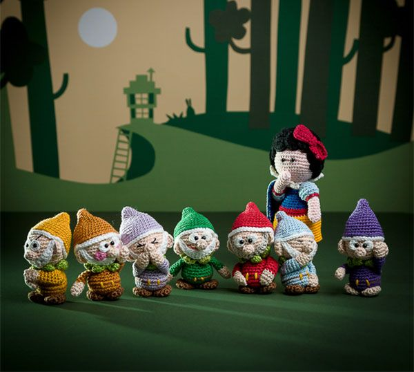 Snow White and the seven dwarfs - amigurumi pattern out of the book 'Amigurumi Fairy Tales' - Design by Tessa Van Riet - Ernst