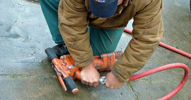 Como consertar uma mangueira de compressor de ar. Um compressor de ar pode inflar pneus, bolas de esportes e brinquedos, assim como pulverizadores de tinta, ferramentas de mecânica e outros gadgets encontrados em lojas e em casa. Danos em uma mangueira de ar não são incomuns. Os reparos são baratos e relativamente fáceis, mas devem ser realizados corretamente para evitar a possibilidade de lesão ...
